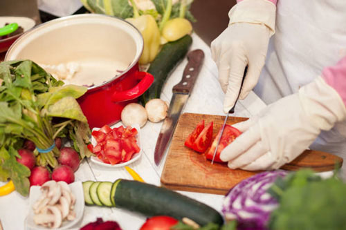 Nên ăn ở những nơi mà nhân viên chế biến thực phẩm đeo găng tay