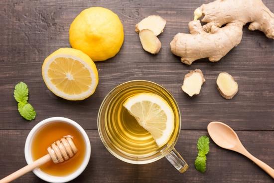 Dùng bột nghệ mật ong, trà gừng, trà dây, nước muối ấm…