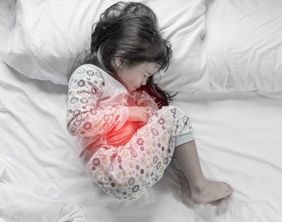 Trẻ sẽ kêu bị đau bụng nhẹ mà không rõ nguyên nhân