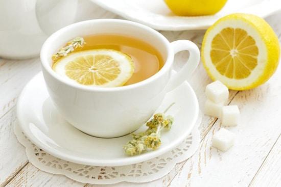 uống một cốc nước chanh nóng trước bữa ăn sẽ giúp ngăn ngừa tình trạng đầy bụng khó tiêu